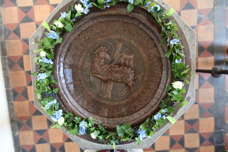 Geschmückter Taufstein der Karolinenkirche